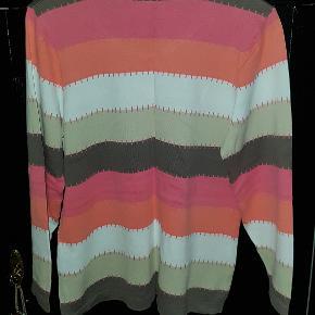 Lækker finstrikket bluse i lyserød, laksefarvet, hvid, beige og brun.