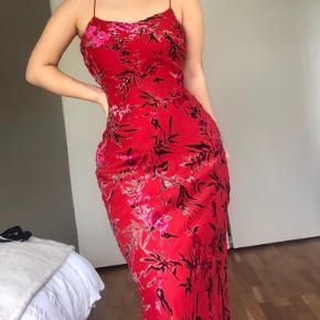 Suuuper smuk vintage rød maxi kjole. Muligvis fra 90'erne. Smukt orientalsk blomster mønster.  Detaljer i velour. Uden mærket størrelse, men grundet at den giver sig vil jeg sige at den kan passes af alt fra 36(løstsiddende)-42(stramtsiddende) Hvis interesseret så skriv mht. mål. Modtager gerne bud.  ♥️🍒🍓🌺🌸🌹🌷💐