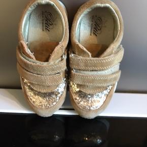 Fortsat brugbar sko til den lille pige 😊