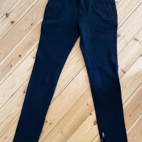 Fede sorte bukser med lynlås detalje omkring anklen, brugt få gange.