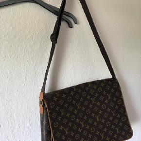 """Louis Vuitton messenger bag. Tasken har lidt skræmmer, men stadig mange gode år endnu. Den kan indeholde en 13"""" bærbar, og er god til skole/studie brug. Skriv en besked for mere info/ flere billeder :-)"""
