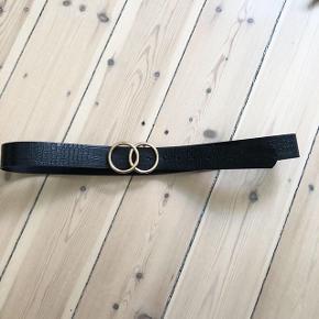H&M bælte i sort med guld spænde   størrelse: 105   pris: 40 kr   fragt: 37 kr
