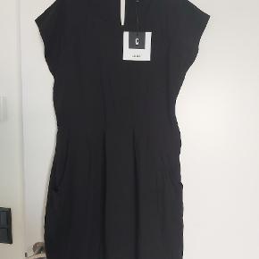 Superflot kjole med lommer. Lynlås i siden. Lille i størrelsen, svarer mere til en L. 100% viskose.