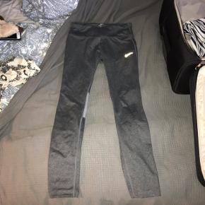 Træningsbukser, tights, løbebukser. Str Xs, fra Nike De er blevet brugt, men er stadig i god stand, der er ingen tegn på slid.  Byd.🌸 //De sælges også i sort.