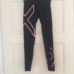 Fede tights brugt sparsomt. Sort og pink i farven.   Mødes gerne og handler og ellers sender jeg med DAO på købers regning☀️