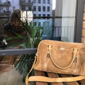 Rigtig fin taske fra Zadig og Voltaire, man kan sagtens have computer i tasken, den er brugt men god:-) Den koster 3000kr for ny.