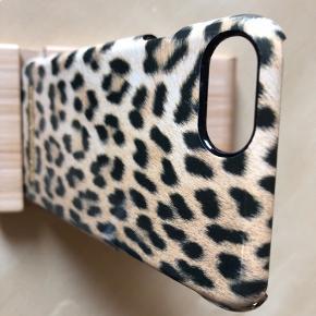 Ideal of Sweden cover i leopard passer til iPhone 6,7 og 8. Har været brugt en periode, og der er almindelig slitage samt lidt små skrammer vist på billede 9+10.   73,- + fragt. Kr. 37,- med Dao. 🌼 110,- INKL FRAGT MED DAO 📦 Bytter ikke.