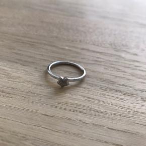 Enkelt og feminin ring i sterling sølv med mat stjerne. Brug den alene eller skab din egen kombination med andre Christina fingerringe som du finder på min profil.