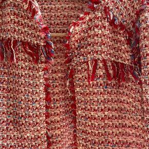 Sælger denne flotte blazer/jakke fra ZARA. Den er i str. S og er aldrig brugt. Nypris er 799, kom gerne med bud :)