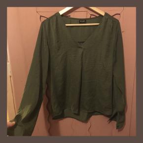 Mørkegrøn polyester bluse fra VILA med v-hals:) Har ikke været brugt særlig meget.