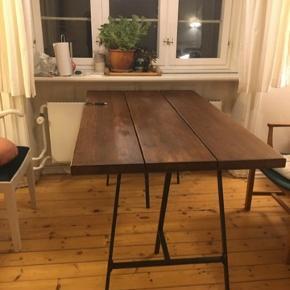 - Plankebord i mørkbejdset træ - Måler 81*137 - Ikeaben / bukke  - Små ridser som ses på billederne  Skal hentes i KBH SV fra 1. sal