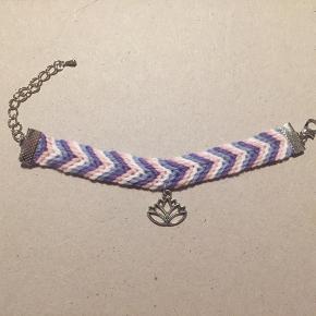 Håndlavet armbånd med lotus vedhæng.  Laves også i andre farver og med sølv eller bronze lås ❤️
