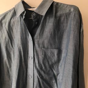 Fin skjorte i silkeblanding fra & Other Stories. Er en str. 34, men den har et oversize fit. Kan afhentes i Aarhus, ellers betaler køber fragt ☀️