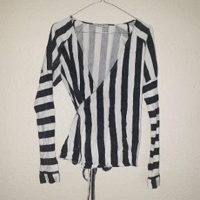 Smukkeste slå om bluse fra PIECES, har kategoriseret den som god men brugt, fordi den sorte farve er blevet en smule grålig. Men den er stadigvæk super smuk.
