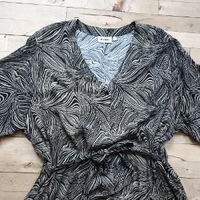 Weekday oversize skjortekjole med slidser i siderne, bælte og lommer. Den er sort / khaki. Den måler 180 om brystet, 150 om rumpen og den er 122 lang. #30dayssellout