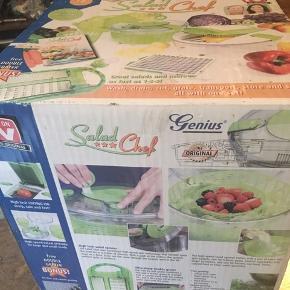 Genius Salad Chef, the original.  Materiale: Plast, rustfrit stål. se video og beskrivelse på nettet. Alt tilbehør er i kassen inkl. brugervejledning. I original kasse.  Kassen er stødt - den har stået pakket væk. Men indholdet er som nyt. Kan hentes Kbh V eller sendes for 50kr