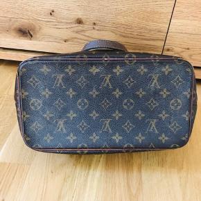 Louis Vuitton Palermo taske. Den er brugt og har derfor tegn af brug på hjørnerne. Ellers i fin stand og har masser af brug tilbage i sig :)   Bud modtages :)