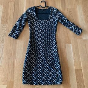 Tætsiddende cocktail kjole med sort og hvid mønster og rund hals  #30dayssellout #trendsalesfund  Fest galla