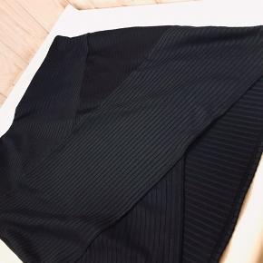 Super fin nederdel med elastik i stoffet som former sig efter kroppen.  Str. Medium - kan også passes af en str. small.   Jeg glæder mig til at handle med dig! ☺️  Tag også gerne et kig på mine andre annoncer. ☺️