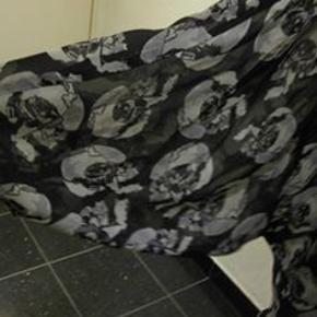 Vero Moda tynd gennemknappet skjorte str. L Bm 2x84 cm Længde 75 cm lidt længere bagpå - materiale? nok polyester ingen stræk - 65 kr plus porto Lidt flagermus ærmer (m8647)  #Secondchancesummer