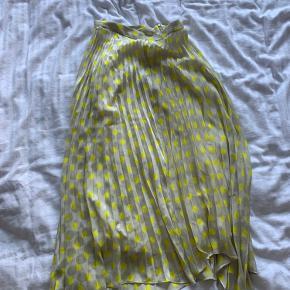 Super fin lang nederdel fra zara. Går til lige over anklen. Kun brugt meget få gange
