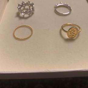 Super smukke Izabel Camille ringe. De øverste to er i sterlingsølv og de to nederste er i forgyldt sterlingsølv. Mindsteprisen er 180 + porto.  Ringen øverst til venstre måler 1,7 cm i diameter. Ringen øverst til højre måler 1,8 cm i diameter. Ringen nederst til venstre måler 1,9 cm i diameter. Ringen nederst til højre måler 1,7 cm i diameter. Bytter ikke