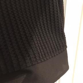Klassisk top med firkant mønster fra CK. God til cowboybusker eller pæne bukser. Skjuler maven