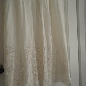 Hvid maxiskirt fra Massimo Dutti.   Der er et underskørt så den ikke er gennemsigtig.   Lynlås på siden.