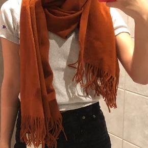 Sælger dette lækre tørklæde fra Gestuz i en find rust farve. Aldrig brugt, stadig med mærke på. Byd :)