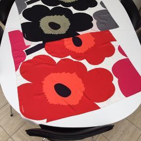 Tørklæderne er aldrig brugt.  100% silke - kun det sorte har mærke. 90 x 90 cm Nypris 2200 kr- salgspris for begge: 1000 kr