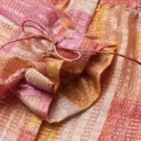 Varetype: skjorte Størrelse: S/M Farve: lyserød/gul/guld Oprindelig købspris: 2200 Materiale: 88% silke, 12% metallic  Silkeskjorte med gylden tråd fra Stine Goya. Skjorten har rund halsudskæring og lange ærmer med flæsekant. Lukkes med guldknapper.  Størrelse: Løs. Kan snildt passe S, M eller L alt efter hvordan man ønsker pasformen.