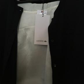 Mega billigt bluse😊  Ny, elegant , tidløs sweater / bluse/ cardigan fra Lacoste i str. 40 / str. M 100% Cotton    Hvis du er interreseret i den Lacoste bluse i str. 40 sender jeg gerne nøjagtige mål og flere fotos. Oprydningssalg, tages ikke retur, pris plus fragt, Puma  sneakers og Masai jakke i str. M følger ikke med, men kan tilkøbes.  Mængderabat gives, se også mine sko, tasker og tøjtilbud 😊