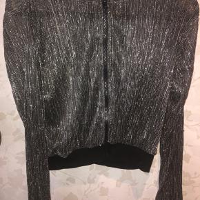Rigtig fin fest cardigan i tynd sølv /sort stof
