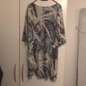 Lyseblå kjole med mønster fra Junarose. Kan lynes i nakken.  Condition 8/10 Meget lidt brugt, og fejler absolut ingenting. Ingen brugsspor. Str. 40, den fitter en normal L/stor M.  Sælger for min kæreste pga. for lidt brug. Køber betaler fragt.  Bud modtages - mængderabat gives :)