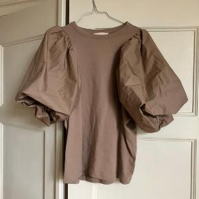 T-shirt fra H&M med store ærmer i str. m. Aldrig brugt. Kun prøvet på 🌙   Kan hentes på Vesterbro eller sendes med dao