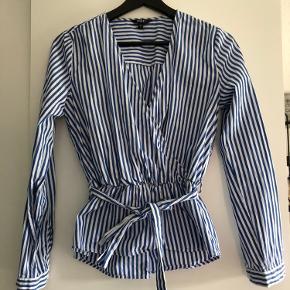 Slå om bluse med bindebånd. Brugt 2-3 gange.