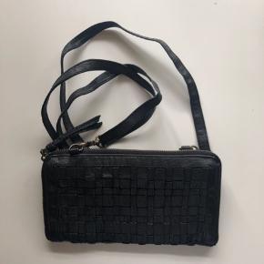Fin flettet taske i læder fra octopus  Er helt som ny  Måler 15x 25 cm, mange rum  Nypris 699,00 DKK  Se også mine andre annoncer 😊