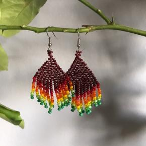Smukke håndlavede fringe øreringe med rød/gul/grønne haler🌱  Woven beaded earrings