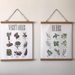 Plakater med grøntsager og krydderurter + fede hængerammer i træ. Sælges pga. flytning. Rigtig flotte og nye, har hængt i kort tid.