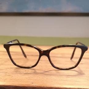 Næsten nye briller af mærket carerra. Købt i Synoptik i Svendborg i 2017. Farve:sort
