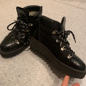 Lækreste og populære vinterstøvler fra Ganni. Også i butikkerne i år. Sælges hvis rette bud opnåes
