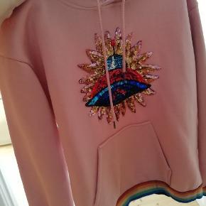 Sofie schnoor hoodie brugt 1 gang. Derfor helt som ny. Nypris var 699.95kr, tænker derfor 250kr nu