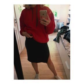 Rød hoodie i størrelse M.