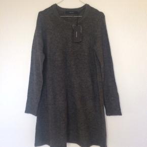 """Blød strikkjole 🥰 Løs i modellen og meget behagelig.  Jeg giver gerne lidt rabat ved køb af flere ting :-)   Bytter ikke og sender ikke billeder af mig selv.  Kjolen kan købes ved at trykke """"køb nu"""".  Handler også gerne via mobilepay."""