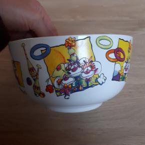 Diddl skål med et mindre skår i kanten og brugstegn indvendigt.  Ø måler ca. 13,5 cm og højden ca. 7,5 cm.  Sender mod betaling af fragt.