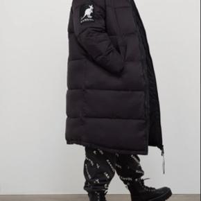 Super fed og udsolgt jakke fra Kangol x H&M. Helt ny med prismærke - lidt for kort i ærmerne til mig, derfor sælges den.