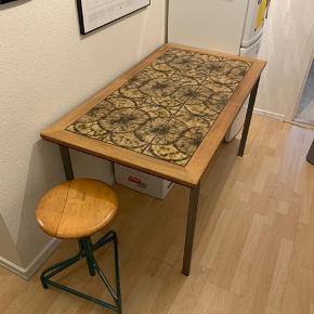 Smuk egetræsbord med klinker. Har fungeret fantastisk som spisebord, da man bl.a. kan stille gryder og andet varmt direkte på pladen. Sælges pga flytning. 🌸  76 x 137 cm.   Klinkebord  Fliser Klinker  Egetræsbord  Retro Har fået en klar lak til beskyttelse af træet, som lige et gået lidt af i venstre hjørne, men træet fejler ingenting.