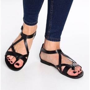 Måler 24,5 cm fra hæl og til yderste del af sandalen ved storetåen.