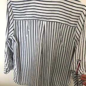 Marineblå og hvid stribet skjorte fra Tommy Hilfiger, stadig med mærke.  Størrelse small.   Kom gerne med et bud! :D  Tjek gerne mine andre annoncer :D