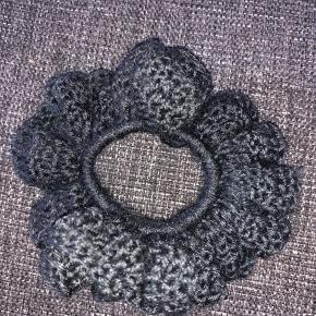 Hæklet scrunchie.   Denne er lavet med 100% polyester garn. Garnet er lavet ud af genbrugsflasker.  1 stk 15kr  2 stk 25kr 3 stk 35kr